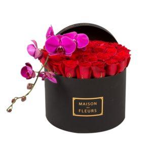 Красные розы с фиолетовой орхидеей