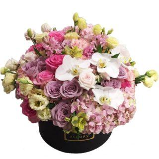 Фиолетовые и розовые розы с гортензией