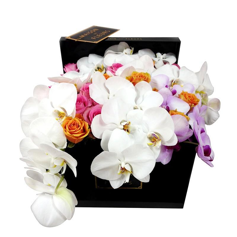 Микс роз с белыми орхидеями