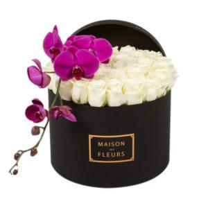 Белые розы с фиолетовой орхидеей