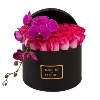 Фуксиевые розы с фиолетовой орхидеей