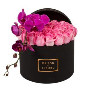 Розовые розы с фиолетовой орхидеей