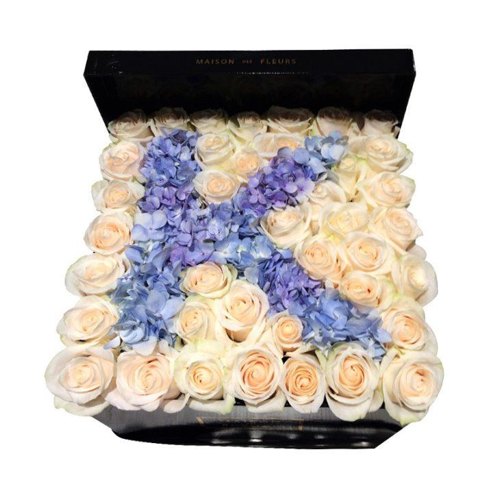 Кремовые розы с голубой гортензией