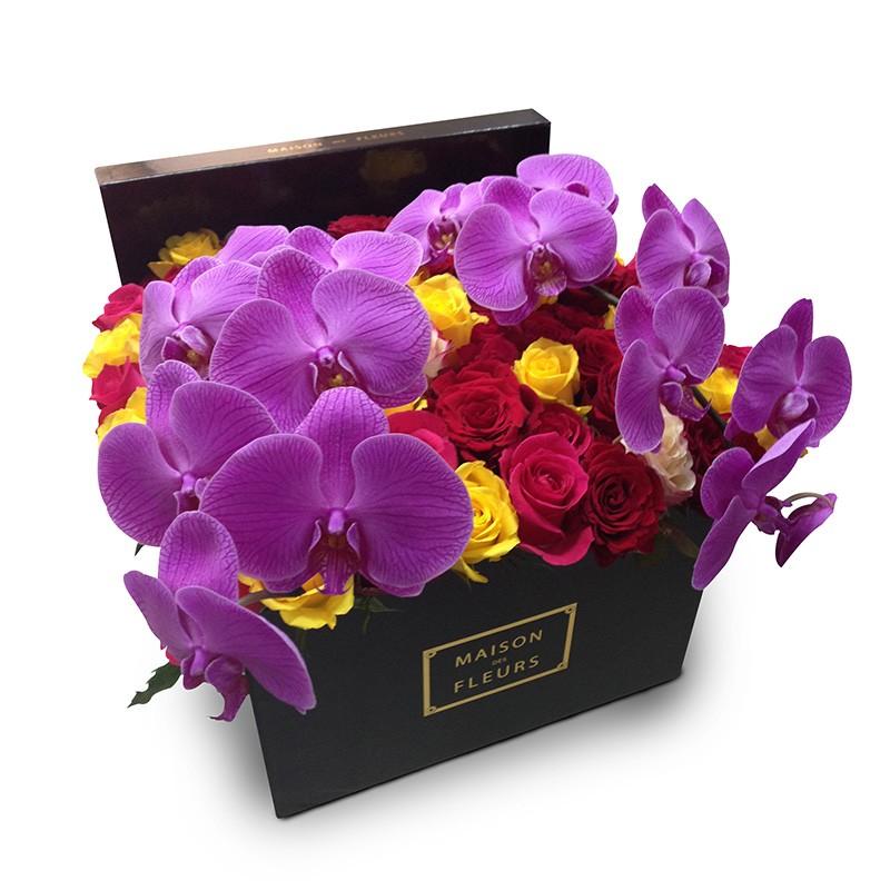 Микс роз с фиолетовыми орхидеями